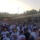 Slovanisti vyčíňali v metre, polícia ich vysadila na koľajniciach
