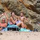 Spevák Eros Ramazzotti, jeho manželka Marica Pellegrinelli a ich deti na pláži na Mykonose.