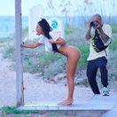 Televízna a internetová celebrita Kim Kardashian počas fotenia na Miami.