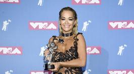 Speváčka Rita Ora pózuje so soškou za najlepšie tanečné vidoe ku skladbe Lonely Together.