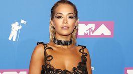 Speváčka Rita Ora sa neostýchala obliecť si šaty, pod ktorými jej bolo vidieť bradavky.