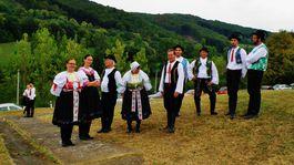 Členovia folklórneho súboru Podhoranka