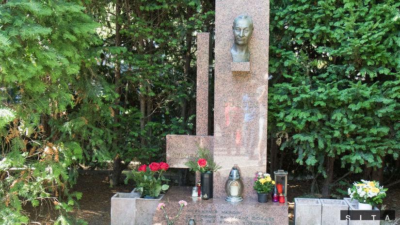 Hrob Alexandra Dubčeka na bratislavskom cintoríne