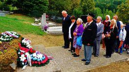 Pri pomníku padlých partizánov na cintoríne v Pustej Vsi