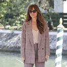 Herečka Dakota Johnson na filmovom festivale v Benátkach.