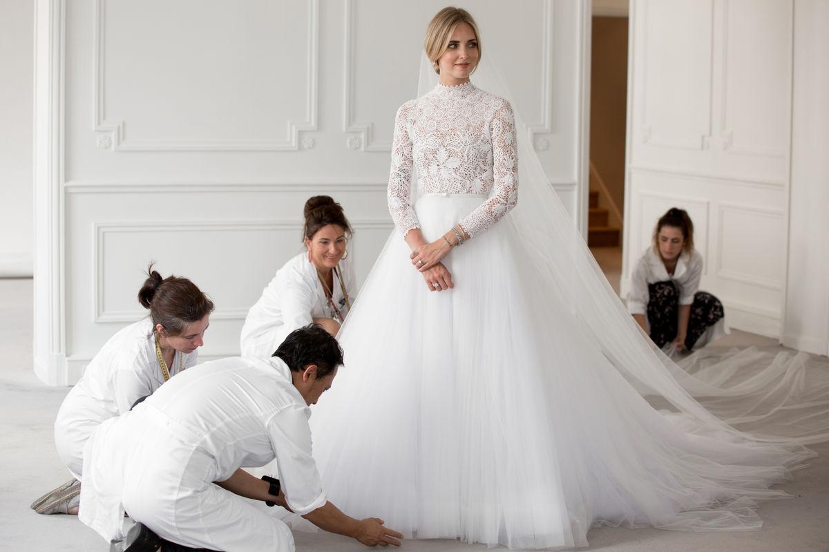 b2850ae7dc3a Taliansko žilo sobášom slávnej blondínky. Svadobné šaty Dior