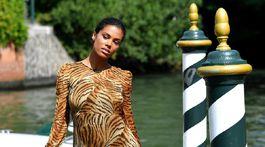 Modelka Tina Kunakey pózuje fotografom po príchode na benátsku pláž Lido.