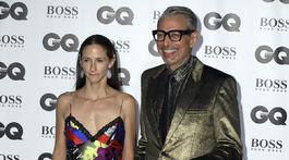 Herec Jeff Goldblum a jeho partnerka Emilie Livingstone pózujú fotografom.