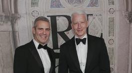 Moderátor Andy Cohen (vľavo) a jeho kolega a kamarát Anderson Cooper.