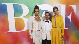 Modelky a slávne sestry Bella Hadid (vľavo) a Gigi Hadid so zakladateľom a šéfredaktorom The Business of Fashion  Imranom Amedom.