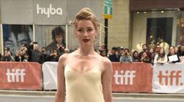 Herečka Amber Heard na festivale v Toronte v kreácii The Row.
