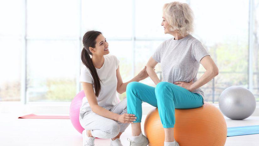 cvičenie, fit lopta, fyzioterapeutka,senior, pohyb