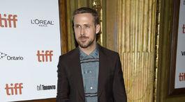 Herec Ryan Gosling stvárnil Neila Armstronga.