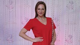 Moderátorka Adriana Poláková stavila na červenú farbu.