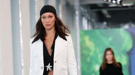 Modelka Bella Hadid sa predvádza v kreácii od Michaela Korsa.