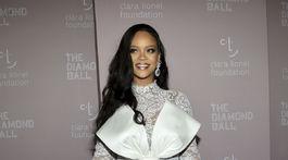 Speváčka Rihanna prišla na akciu Diamond Ball v kreácii Alexis Mabille Couture.