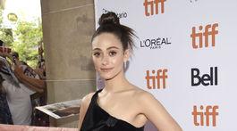 Herečka Emmy Rossum si na premiéru seriálového projektu Homecoming obliekla šaty Giorgio Armani.