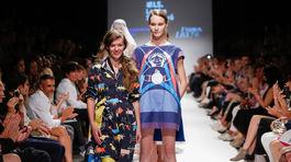 Dizajnérka Lenka Sršňová s modelkou v závere svojej prehliadky na týždni módy vo Viedni.