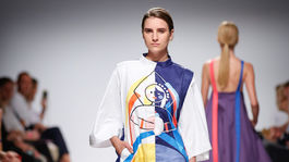 Modelka v kreácii z dielne slovenskej dizajnérky Lenky Sršňovej na týždni módy vo Viedni.