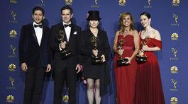 Zľava: Michael Zegen, Daniel Palladino, Amy Sherman-Palladino, Sheila Lawrence a herečka Rachel Brosnahan pózujú s cenami za najlepší komediálny seriál The Marvelous Mrs. Maisel.
