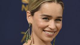 10 najlepších lookov z Emmy - líčenie a vlasy - Emilai Clarke