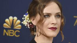 10 najlepších lookov z Emmy - líčenie a vlasy - Evan Rachel Wood