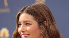 10 najlepších lookov z Emmy - líčenie a vlasy - Jessica Biel