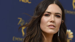 10 najlepších lookov z Emmy - líčenie a vlasy - Mandy Moore