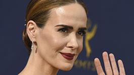 10 najlepších lookov z Emmy - líčenie a vlasy - Sarah Paulson