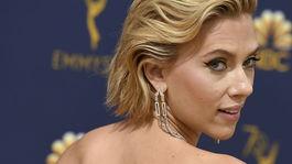 10 najlepších lookov z Emmy - líčenie a vlasy - Scarlett Johansson