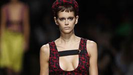 Modelka Kaia Gerber na prehliadke značky Prada v Miláne.