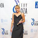 Speváčka Emma Drobná pózuje s trofejou za najhranejšiu skladbu roka 2017.