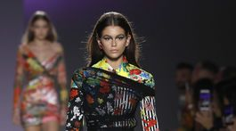 Modelka Kaia Gerber na prehliadke Versace v Miláne.