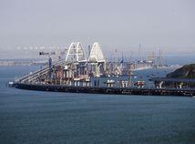 Ruské plavidlá doprevádzali tie ukrajinské pri plavbe Kerčským prielivom