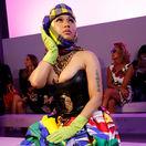 Raperka Nicki Minaj pred prehliadkou Versace v Miláne.