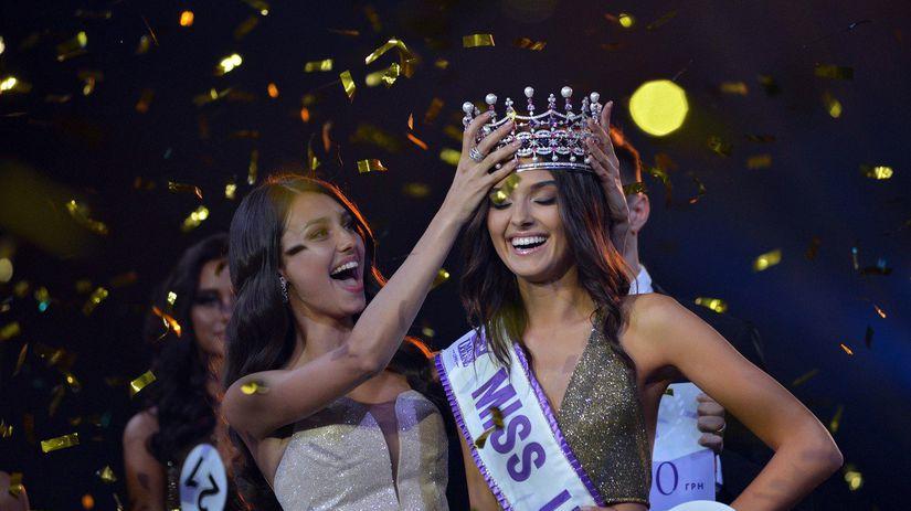 Miss Ukrajina 2018 Veronika Didusenko (vpravo)...