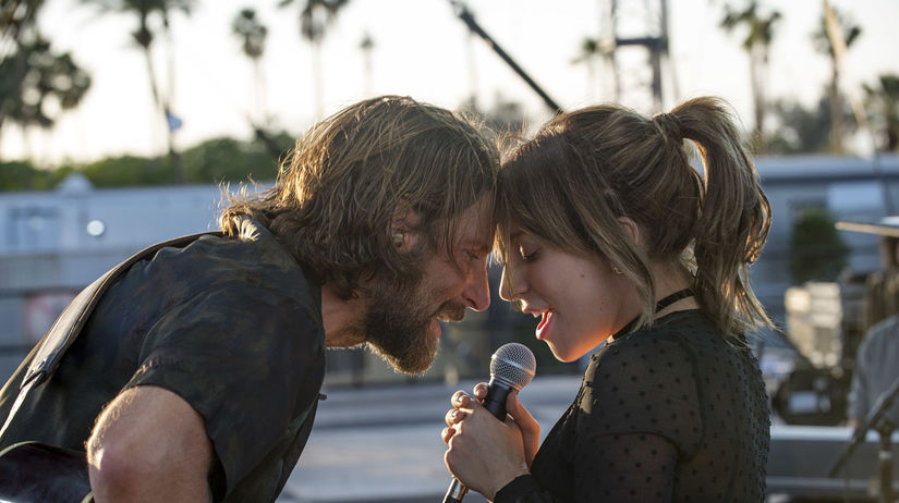 Herec Bradley Cooper a herečka a speváčka Lady...