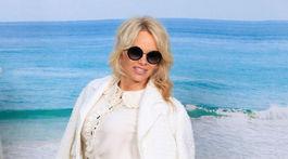 Herečka a aktivistka Pamela Anderson prišla na plážovú prehliadku Chanel Jar/Leto 2019. Ale plavčícky úbor nechala doma.