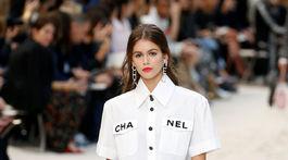 Modelka Kaia Gerber počas prehliadky značky Chanel v Paríži.