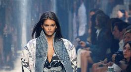 Modelka Kaia Gerber počas prehliadky značky Isabel Marant v Paríži.
