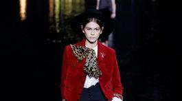 Modelka Kaia Gerber počas prehliadky značky Saint Laurent v Paríži.