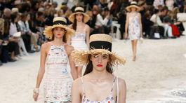 Modelka v kreácii Chanel Jar/Leto 2019 na prehliadke v parížskom Grand Palais.