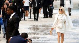 Pamela Anderson pózuje fotografom na prehliadke Chanel v Paríži.
