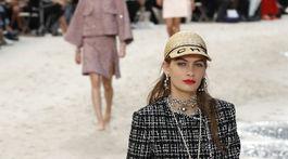 Parížsky Grand Palais sa zmenil na pláž kvôli prehliadke Chanel s kolekciou Jar/Leto 2019.
