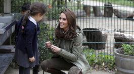 Vojvodkyňa Kate z Cambridge počas návštevy Sayers Croft Forest School a Wildlife Garden v Londýne.