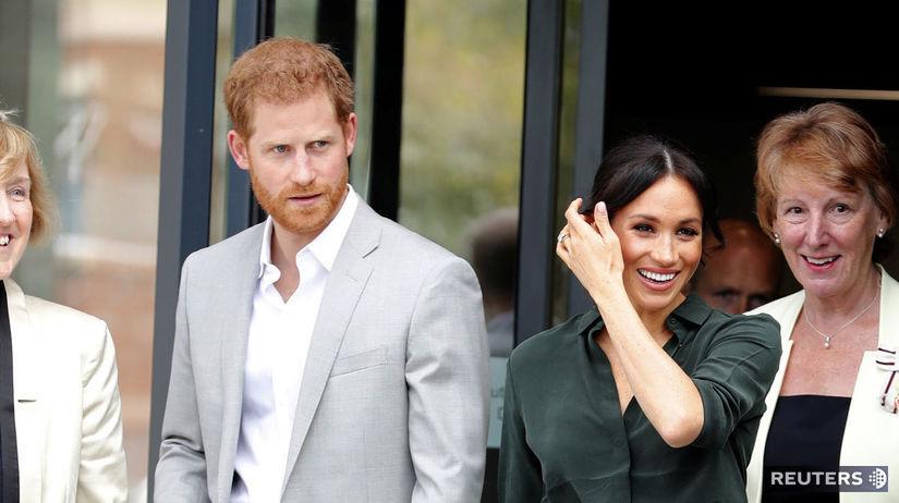 Manželia Harry a Meghan počas návštevy Sussexu....