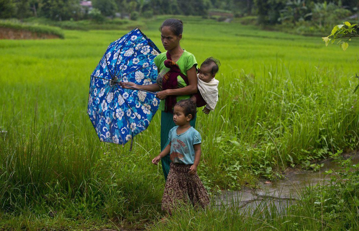 India, mama, deti, dážď, dáždnik,