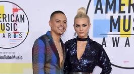 Speváčka a dizajnérka Ashlee Simpson s manželom Evanom Rossom.