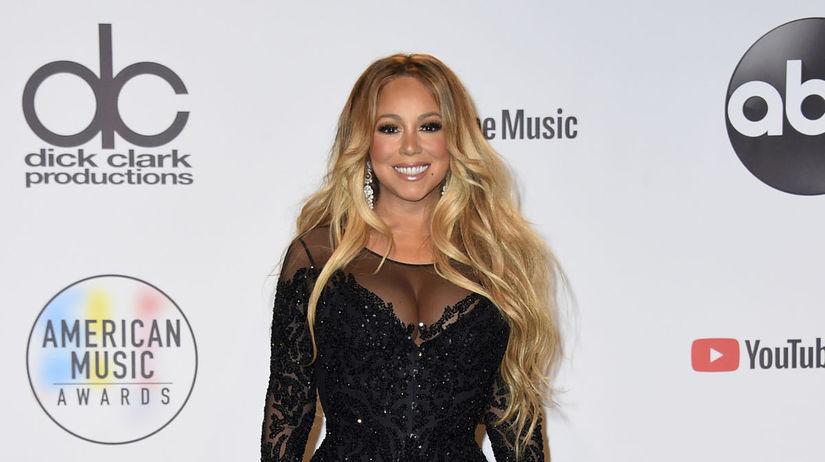 Speváčka Mariah Carey pózuje v miestnosti pre...