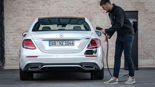 Mercedes-Benz ide proti prúdu. Predstavuje naftové plug-in hybridy!
